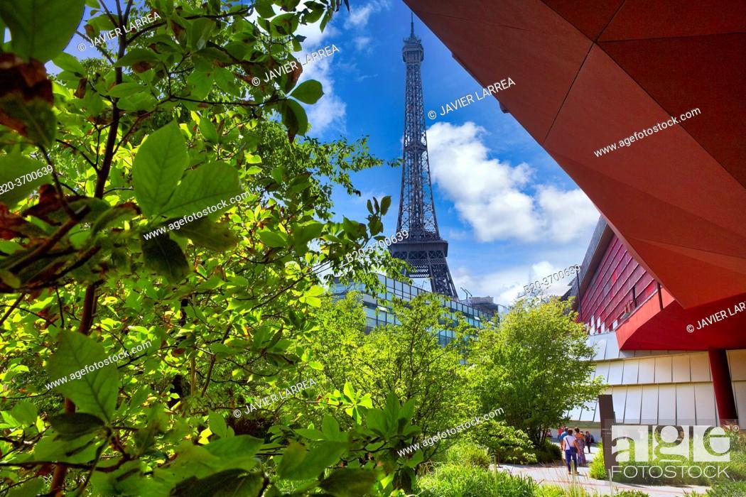 Imagen: Eiffel tower. Musée du Quai Branly museum, specialised for primitive or tribal arts, architect Jean Nouvel. Paris. France.