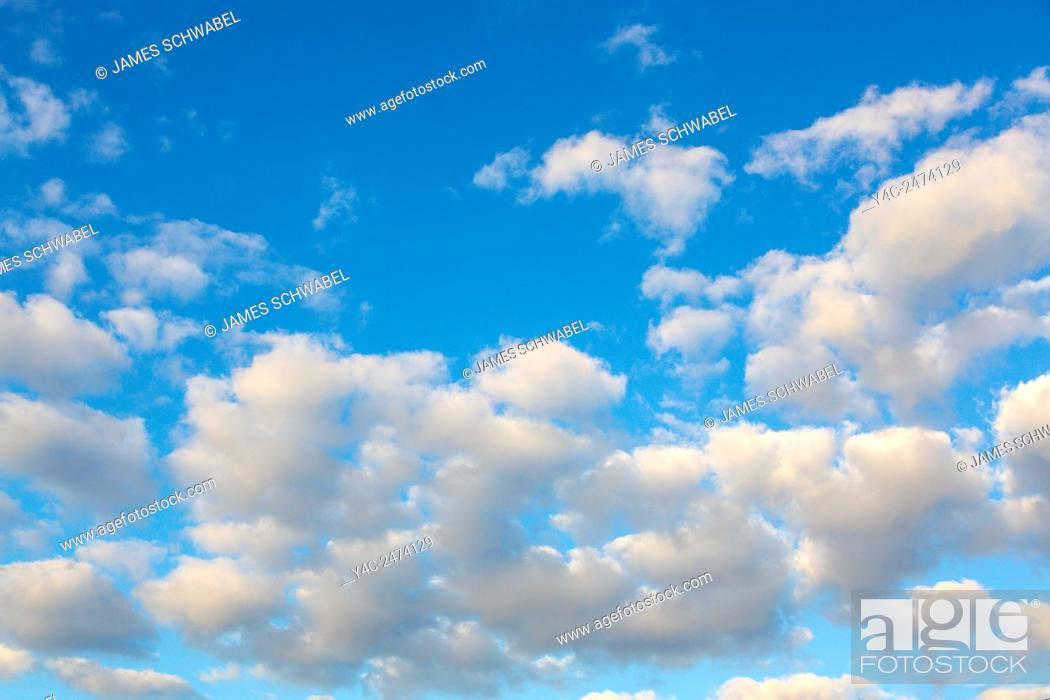 Imagen: White clouds in a blue sky.
