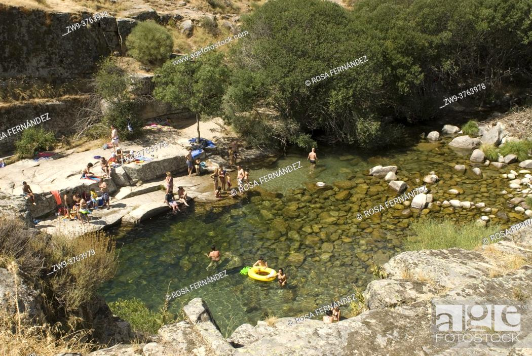 Photo de stock: People swimming at Poza de las Paredes, Garganta of Barbellido River, Gredos Range, Navacepeda de Tormes, Avila, Castilla y Leon Region, Spain.