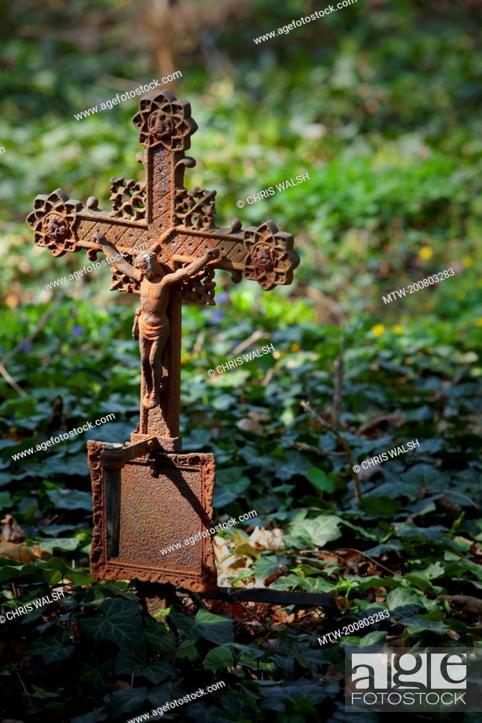 Imagen: Iron cross crucifix cemetery Vienna ivy old rusty.