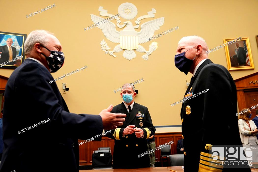 Photo de stock: United States House Minority Whip Steve Scalise (Republican of Louisiana) talks with Rear Admiral John P. Polowczyk, Vice Director, J4, Joint Staff.