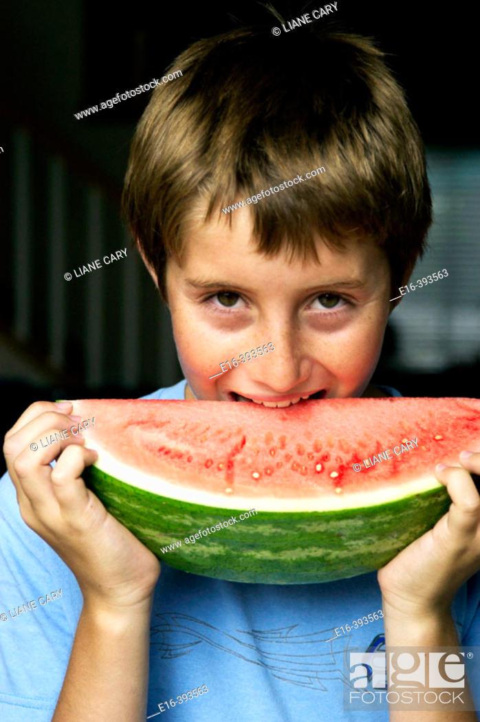 Imagen: boy eating watermelon.