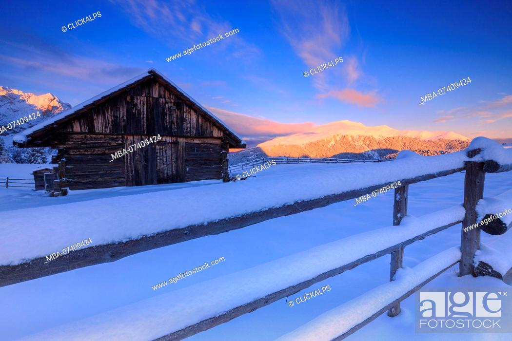 Photo de stock: Old snow-covered hut during sunrise. Erbe Pass, Funes Valley, South Tyrol, Dolomites, Italy.