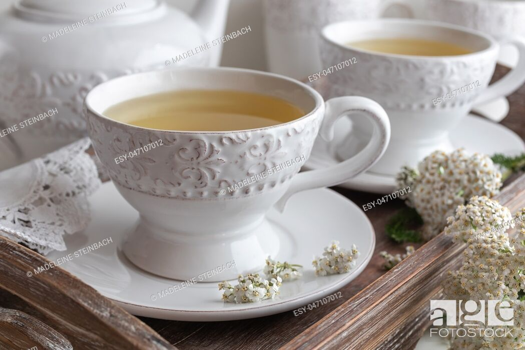 Imagen: Yarrow tea in white vintage cups with fresh twigs.
