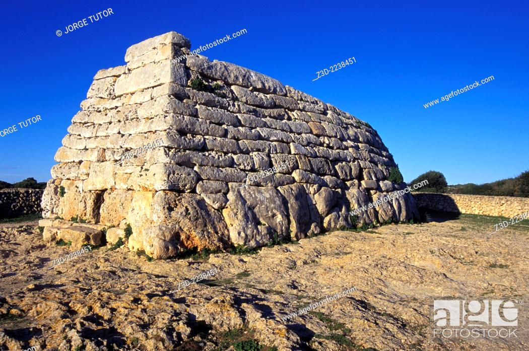 Imagen: The Naveta d'Es Tudons, or Naveta of Es Tudons is the most remarkable megalithic chamber tomb in the Balearic island of Minorca, Spain.