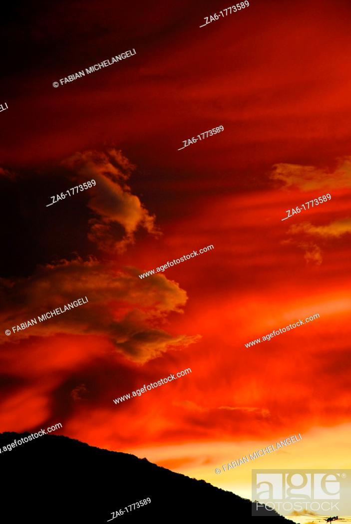 Imagen: Sunset clouds in Rio Caribe in the eastern coast of Venezuela.