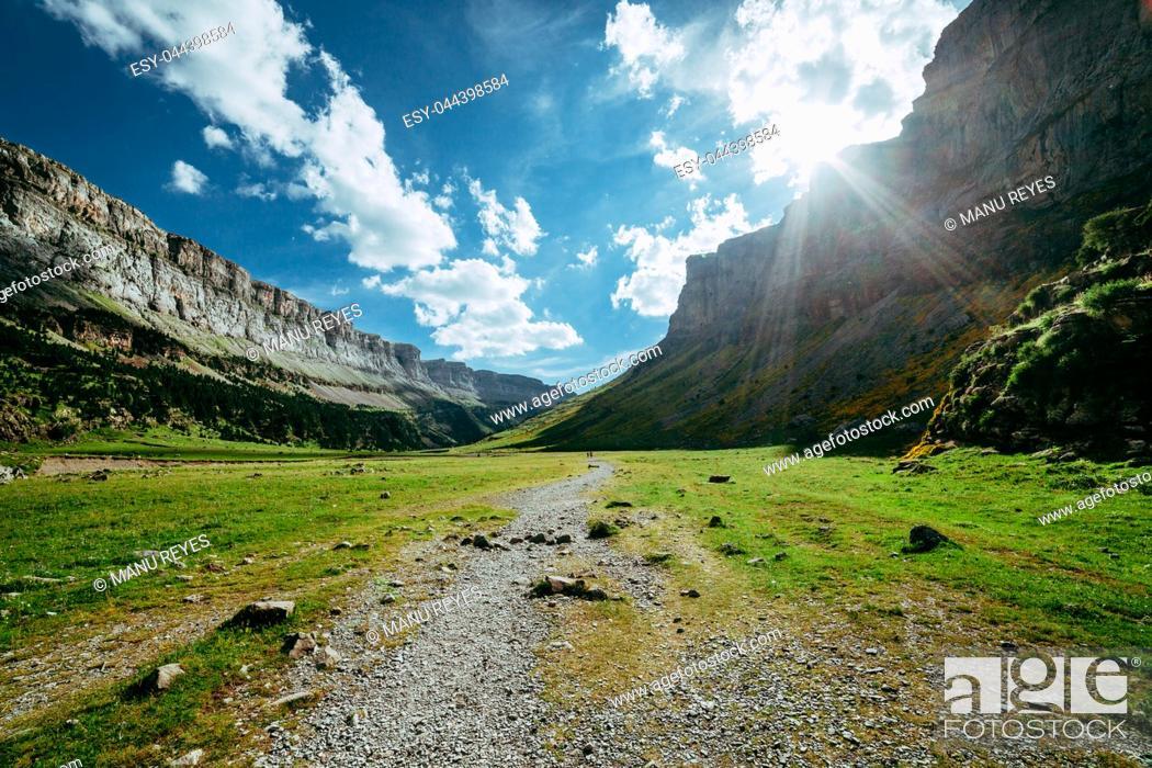 Imagen: View of Circo de Soaso, Ordesa National Park, Aragon. Pyrenees Mountains, Spain.