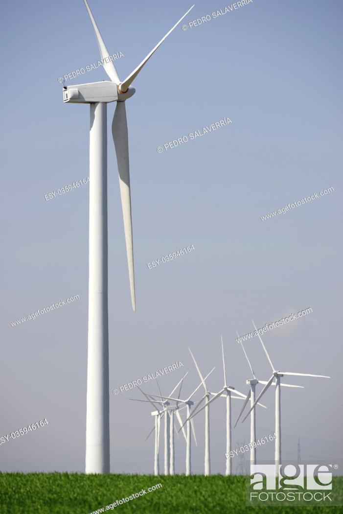 Imagen: Windmills for electric power production, Zaragoza Province, Aragon, Spain.