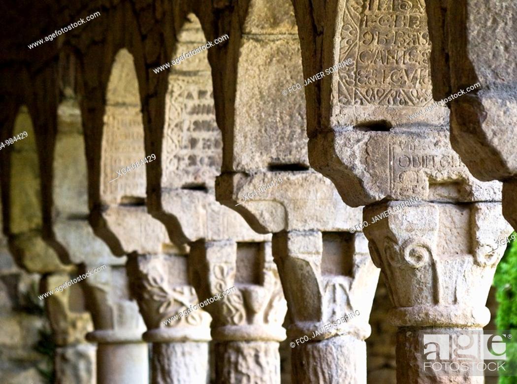 Stock Photo: Capiteles con decoración rústica de motivos geométricos y vegetales en el claustro de la iglesia catedral de Roda de Isábena, de estilo románico.