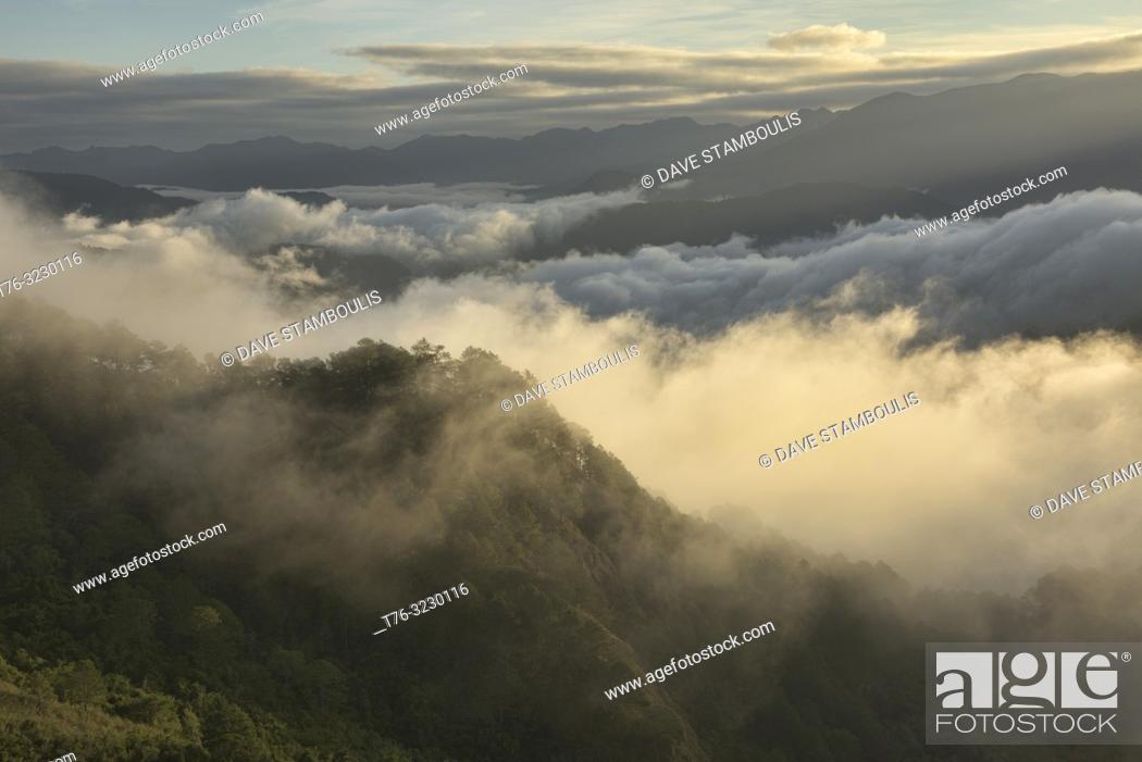 Imagen: Sea of clouds below Kamanbaneng Peak (Marlboro Country), Sagada, Mountain Province, Philippines.