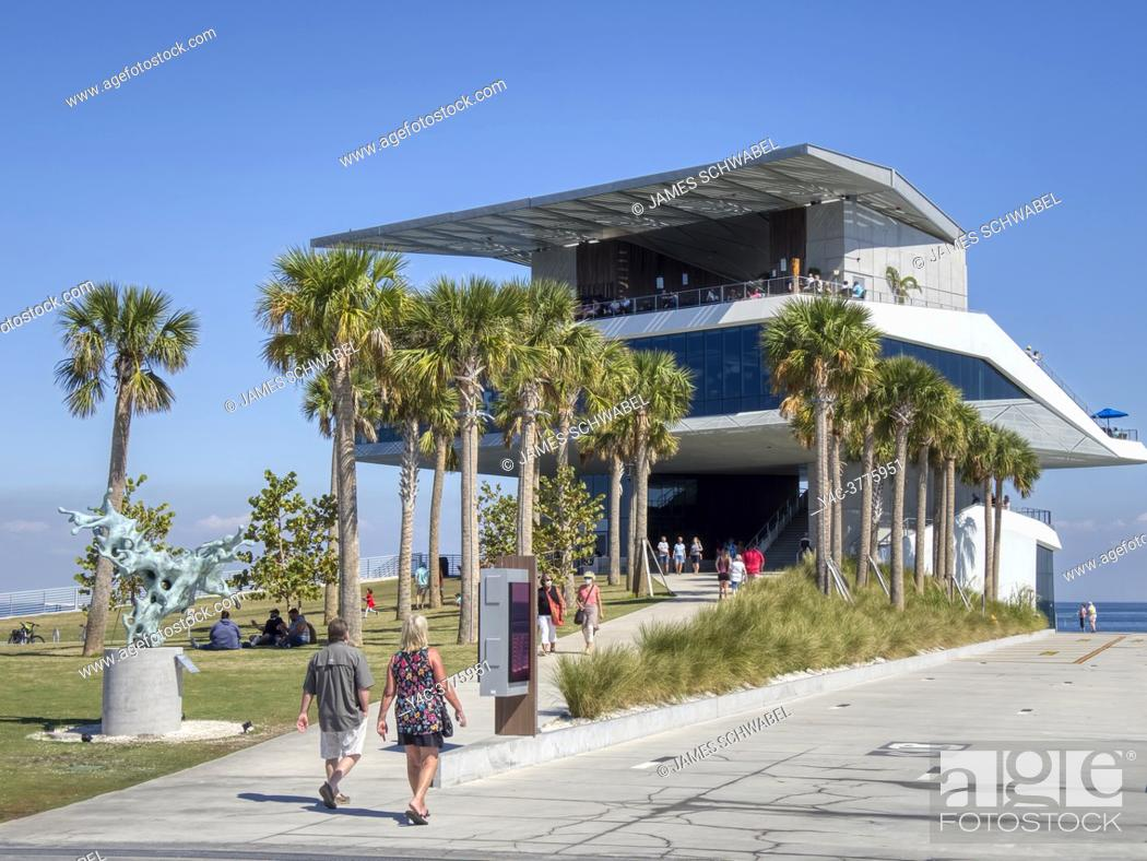 Imagen: Pier Point and the Pier Point building on the new St Pete Pier opened in 2020 in St Petersburg Florida USA.