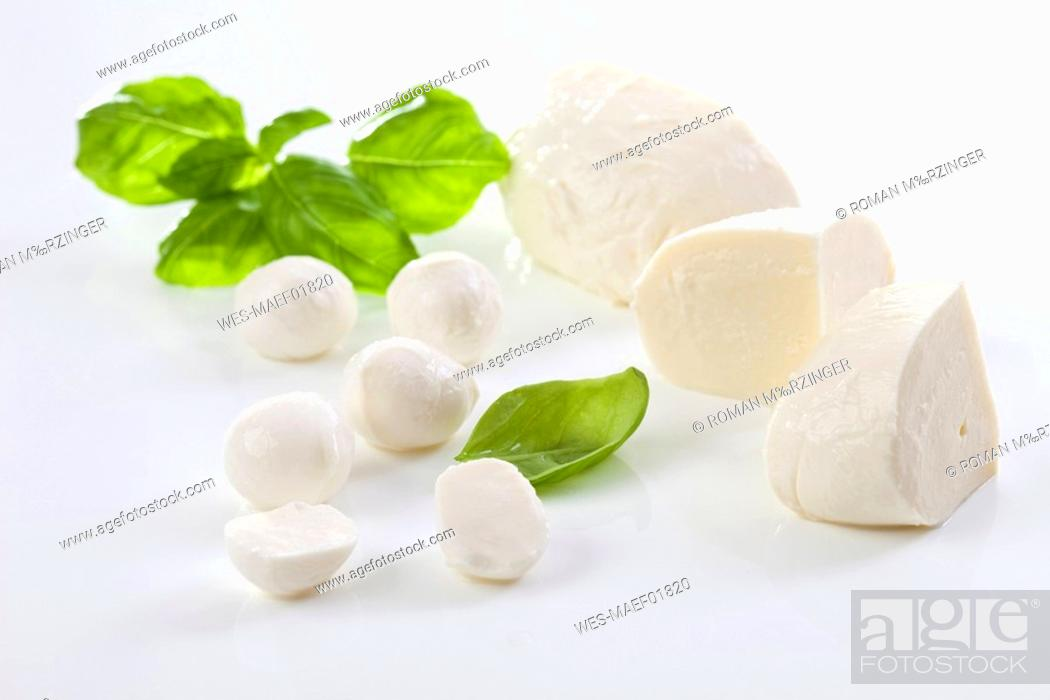 Imagen: Mozzarella cheese and basil leaves.