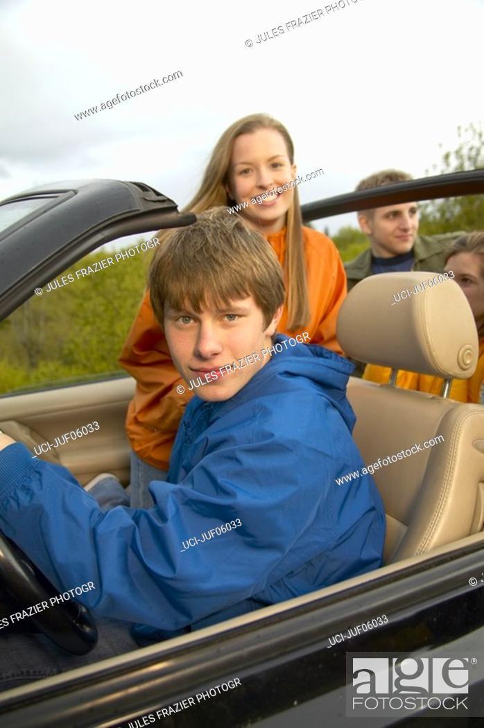 Imagen: Teenage boy driving convertible.