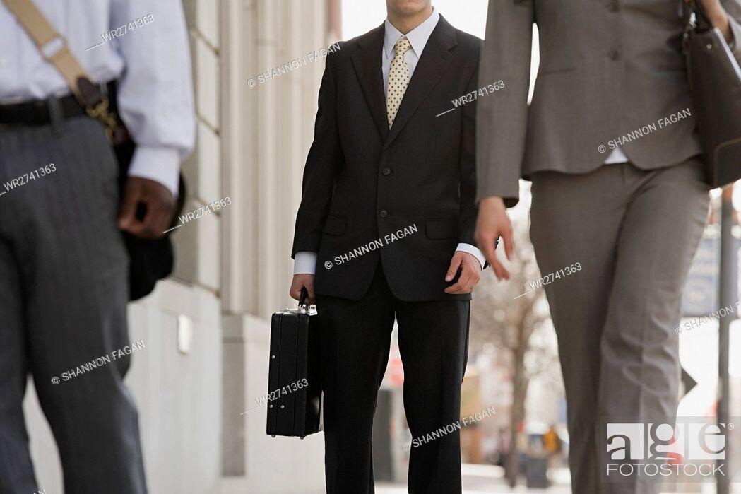 Imagen: Businesspeople walking.
