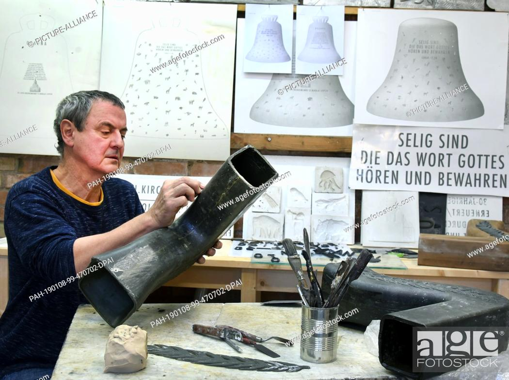 Stock Photo: 07 January 2019, Saxony-Anhalt, Salzatal, Ortsteil Höhnstedt: The sculptor Carsten Theumer works in his studio in Salzatal, OT Höhnstedt.