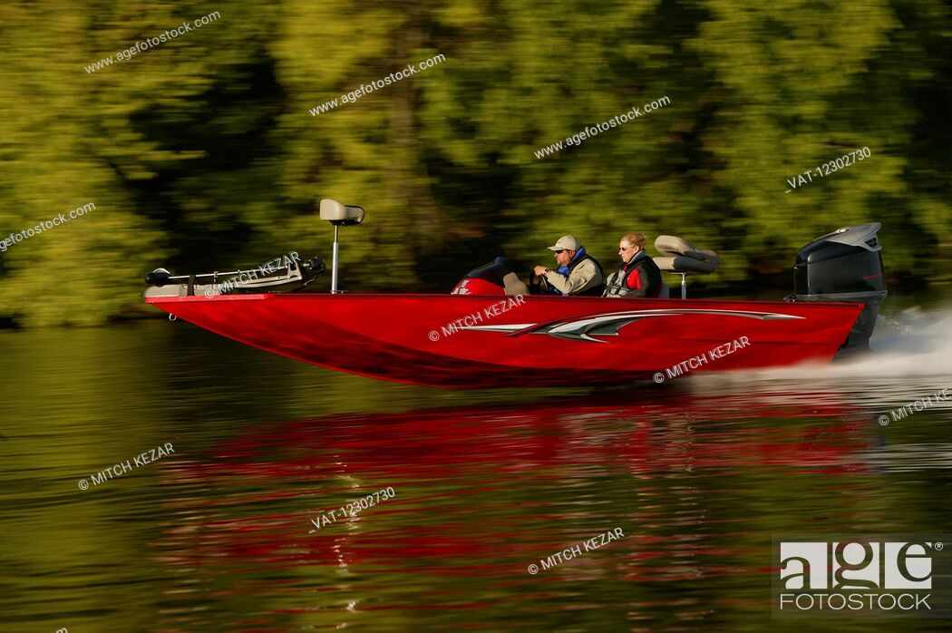 Imagen: Red Speed Boat Running On Lake.