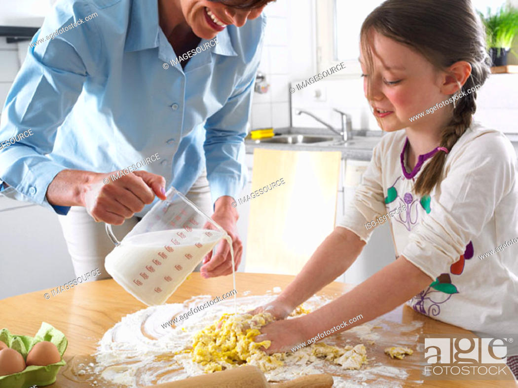 Imagen: Mother and daughter mixing ingredients.