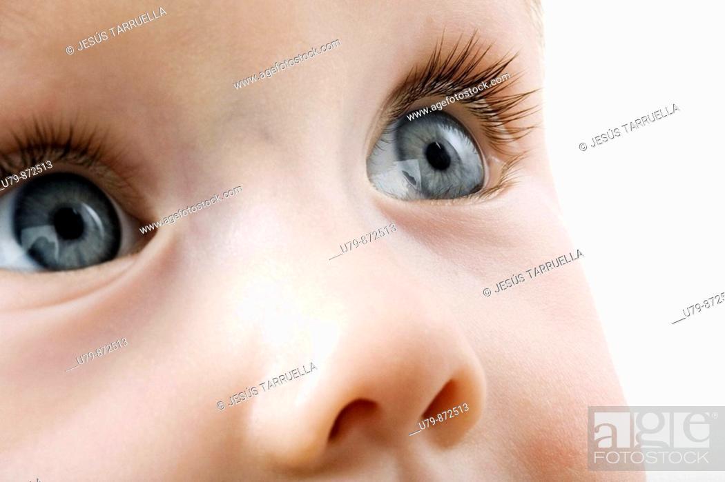 Stock Photo: Primer plano de rostro de niño con ojos azulados.