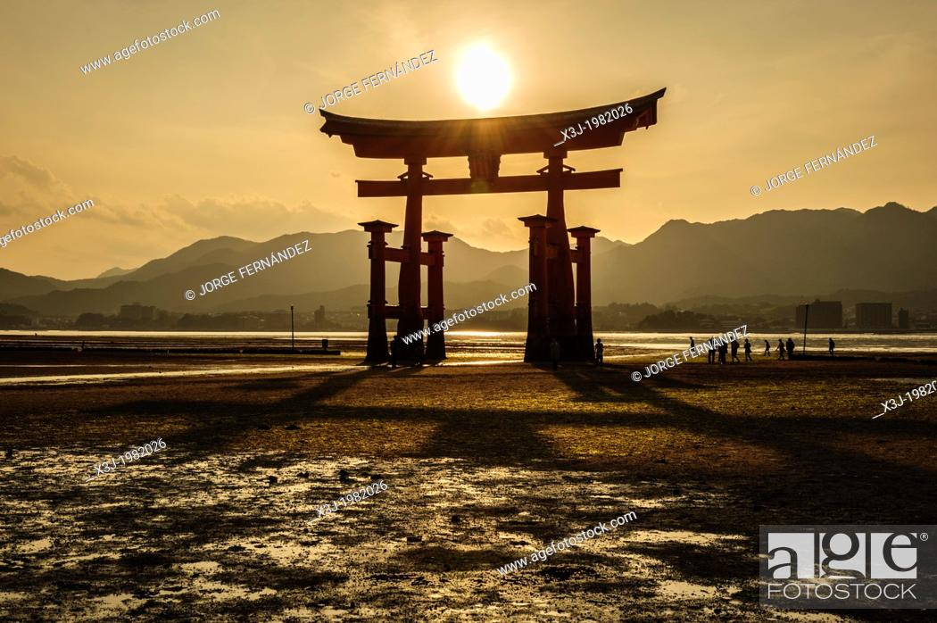 Stock Photo: View of the grand floating Torii, Itsukushima sanctuary, Miyajima, Japan, Asia.