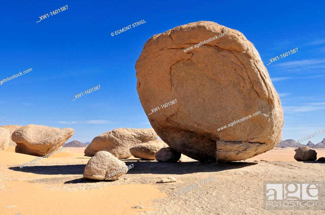 Imagen: huge granite boulders at Tehenadou, Adrar n' Ahnet, Algeria, Sahara, North Africa.