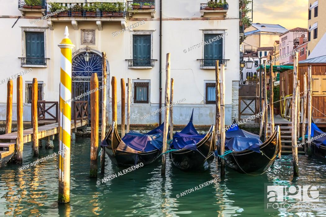 Imagen: Gondolas, a pier in front of the palace and a typical venetian backyard, Venice, Italy.