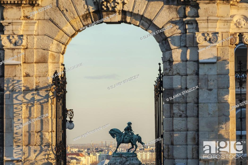 Imagen: Afternoon at Buda Castle in Budapest, Hungary. Prince Eugene de Savoy statue in the distance.