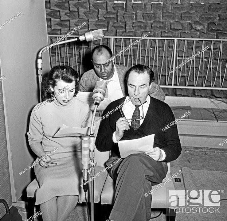 """Imagen: Sprecher bei der NDR Hörspielproduktion """"""""Die Festung"""""""", Hamburg 1956. Speakers recording the audio play """"""""Die Festung""""""""."""