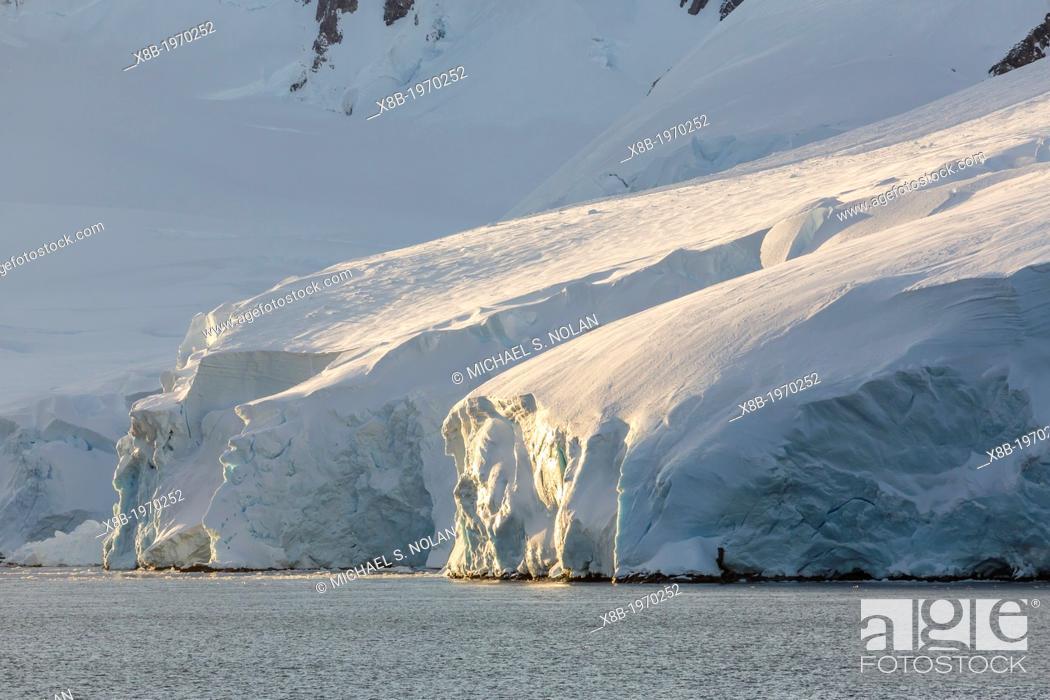 Imagen: Late evening light in the Neumayer Channel, Antarctica, Southern Ocean.