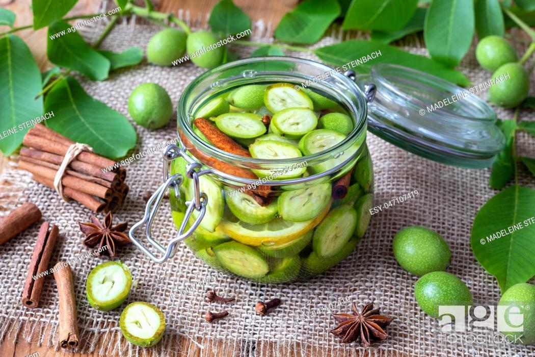 Imagen: A glass jar filled with unripe walnuts, alcohol and spices, to prepare homemade tincture.