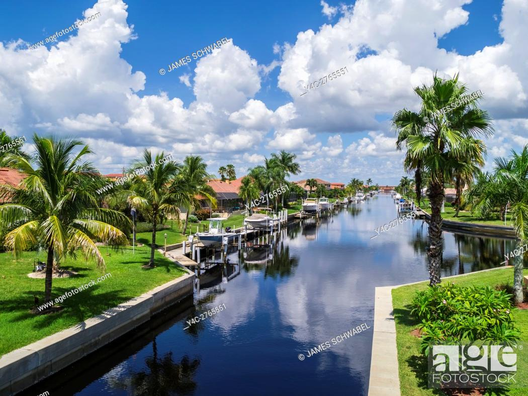 Imagen: Boats on canals in residential neighborhood of Punta Gorda on the Gulf Coast of Florida.
