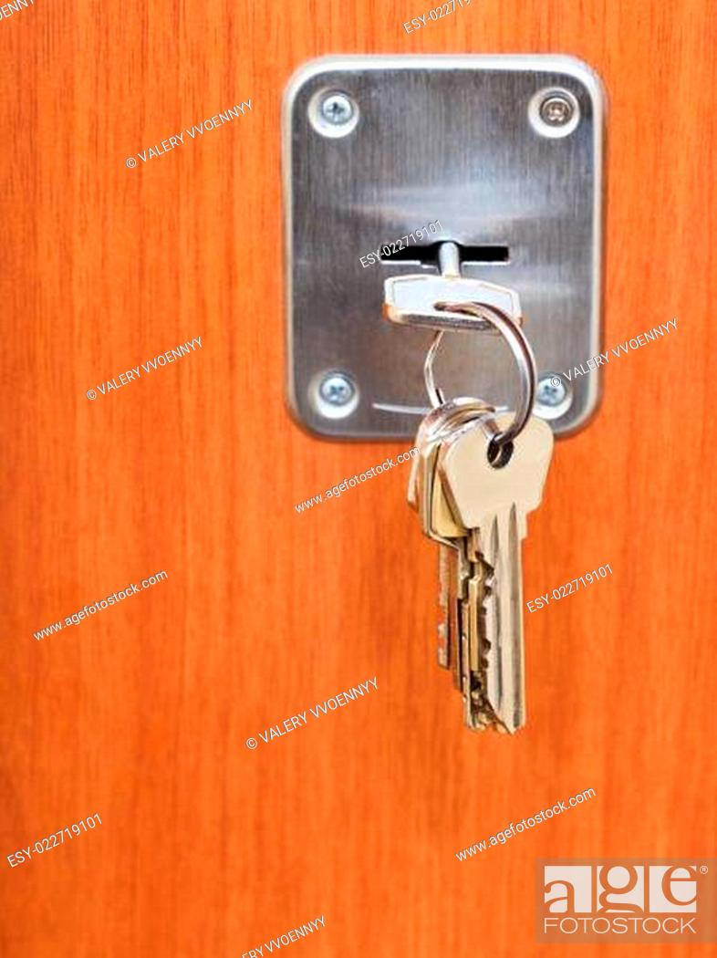 Photo de stock: keys on ring in keyhole of door.