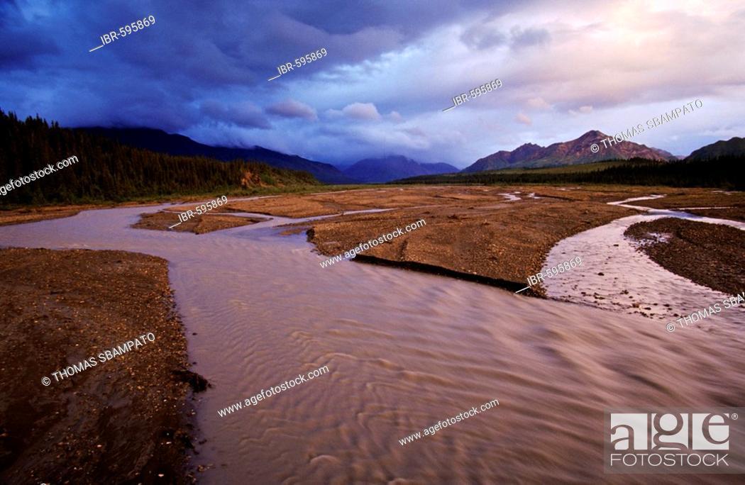 Photo de stock: Thunderheads releasing rain onto the Alaska Range, Denali National Park, Alaska, USA.