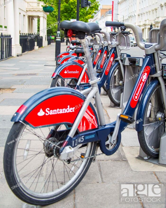 Imagen: Bike to share in London in the capital of the UK. Red bicycles for rent for tourists in the big cosmopolitan city.