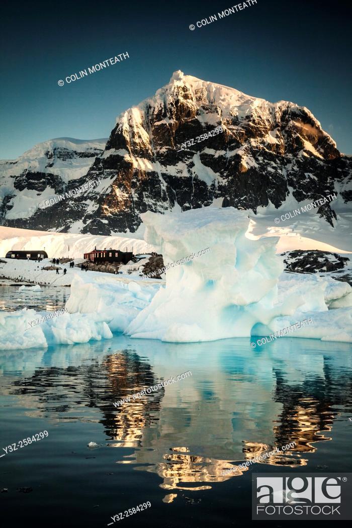 Imagen: British museum ( WWII Operation Tabarin base) , Port Lockroy, Luigi peak, Fief Range, sunset Wiencke Island, Antarctic Penisnula.