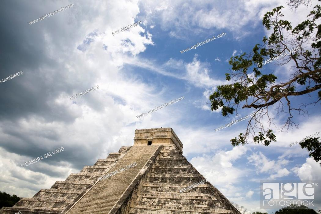 Photo de stock: Archeological site Chichén Itzá, El Castillo o Pirámide Kukulcán, Yucatán, México.