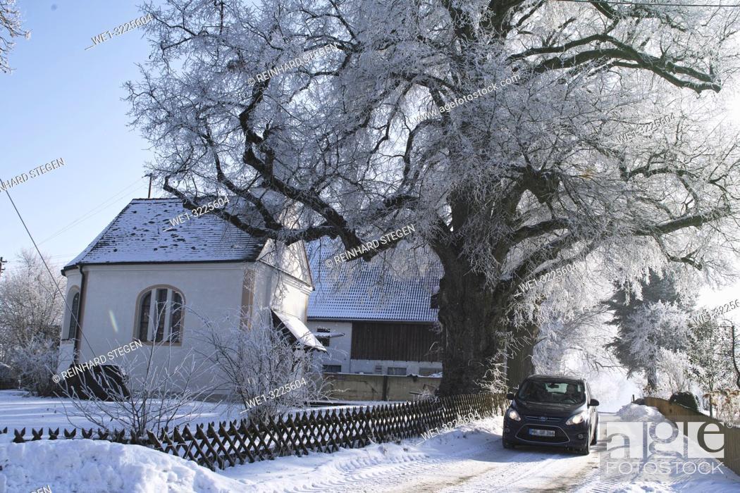 Imagen: Car going past chapel in snow.