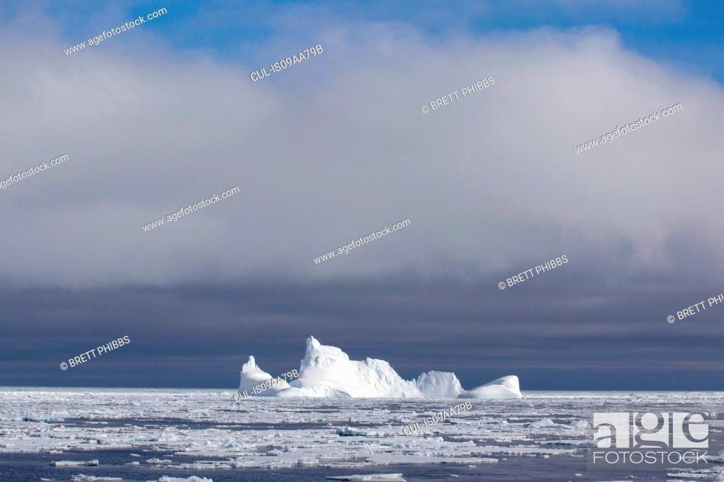 Imagen: Iceberg and ice floe in the Southern Ocean, 180 miles north of East Antarctica, Antarctica.