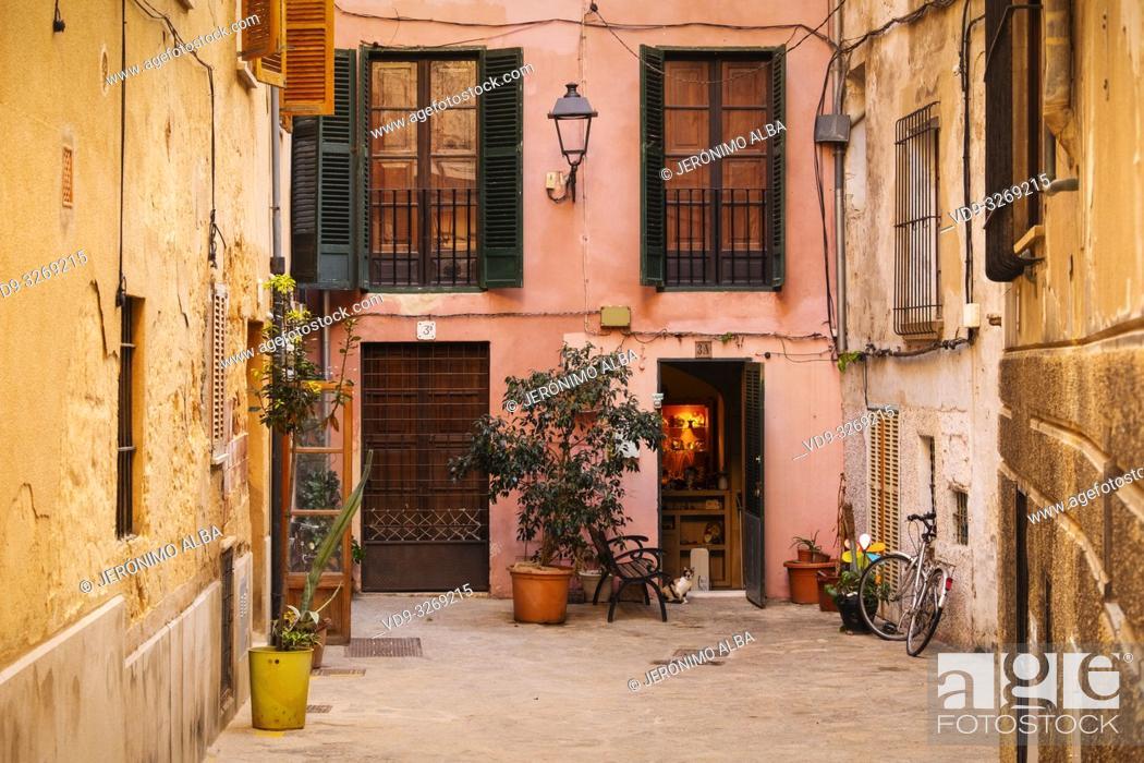 Imagen: Typical building in the historic center, Palma de Mallorca. Majorca, Balearic Islands, Spain Europe.