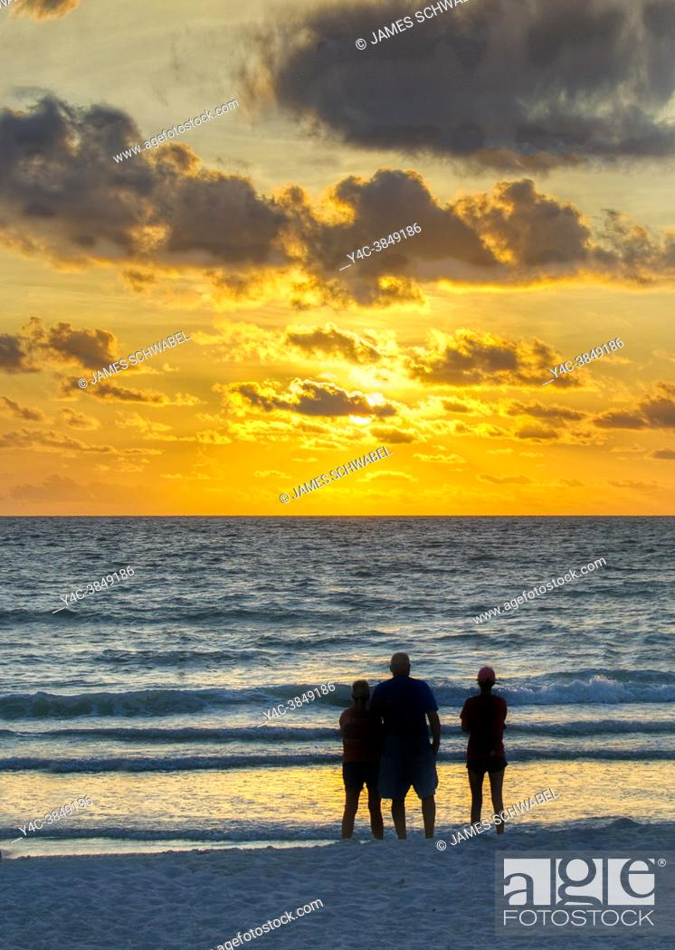 Imagen: People watching sunset over the Gulf of Mexico from Nokomis Beach in Nokimis Florida USA.
