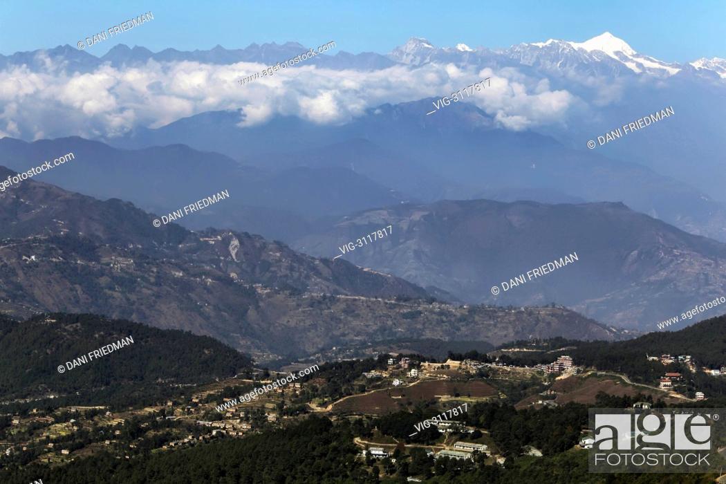 Imagen: The Himalayas tower high above villages and farmland near Nagarkot, Nepal. - NAGARKOT, KATHMANDU VALLEY, NEPAL, 12/12/2011.