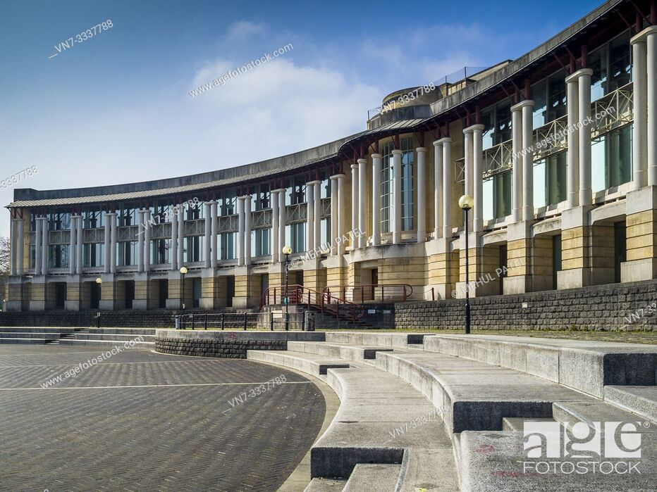Imagen: Lloyds amphitheatre and curved building by the harbourside in Bristol centre, Gloucestershire, England, UK. Lloyds Amphitheatre is a huge outdoor area on the.
