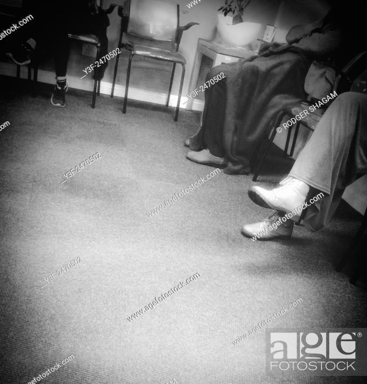 Imagen: Patient patients in a doctor's waiting room.