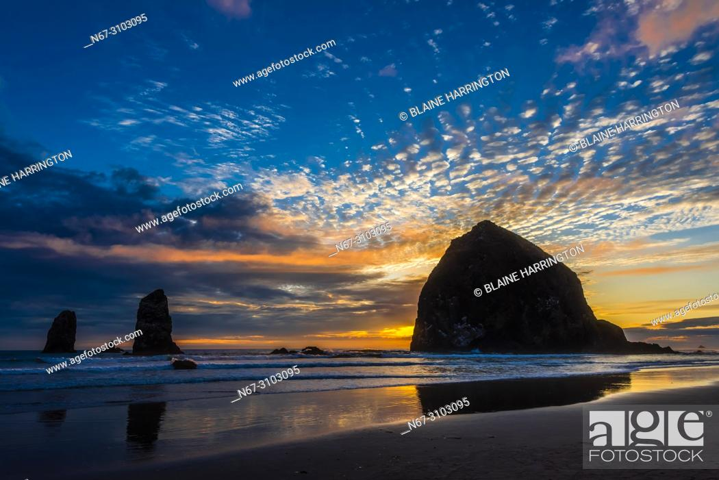 Imagen: Haystack Rock (with The Needles on left) at sunset, Cannon Beach, Oregon USA.