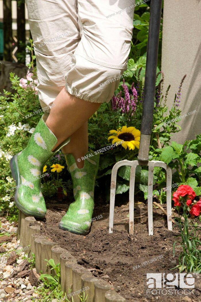 Imagen: Woman working in garden, close-up.