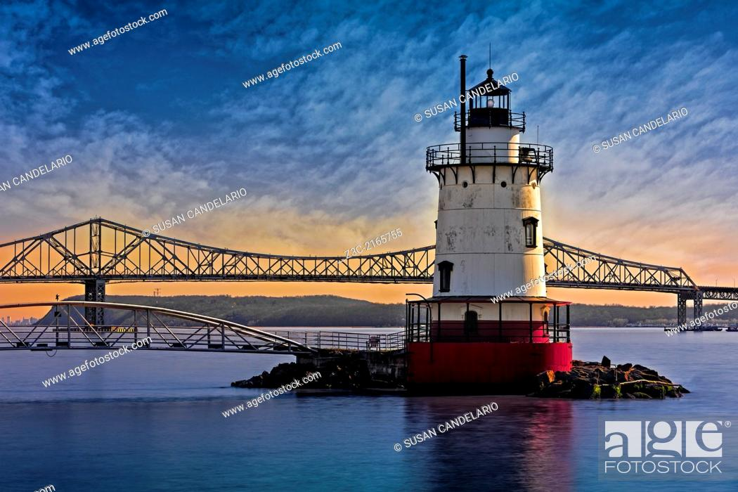 Imagen: The Tarrytown Lighthouse also know as the Sleepy Hollow Light and Kingsland Point Light during sunset with the Tappan Zee Bridge in the background.