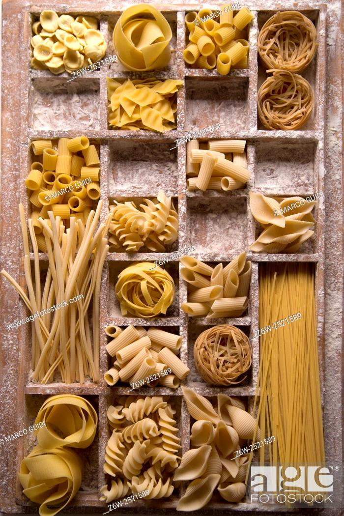 Imagen: Presentation of varieties of Italian pasta made with white flour.