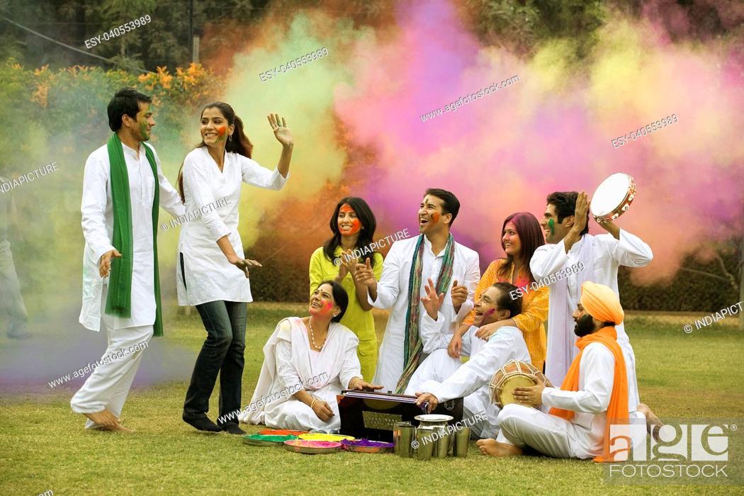 Imagen: Family celebrating Holi.
