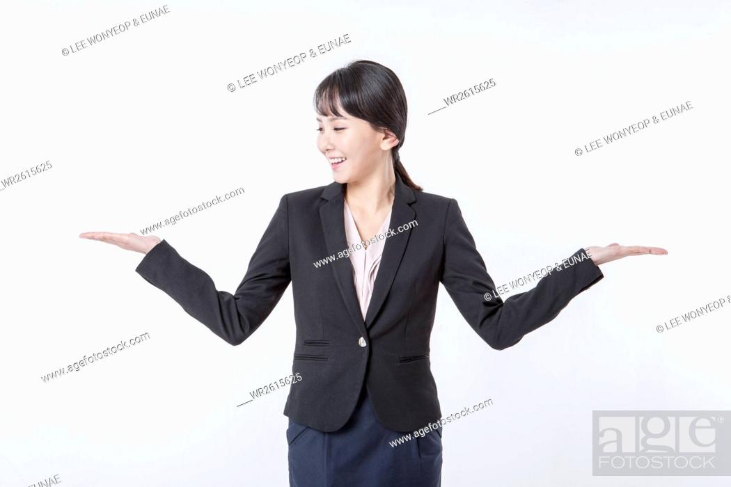 Imagen: Smiling businesswoman opening arms.