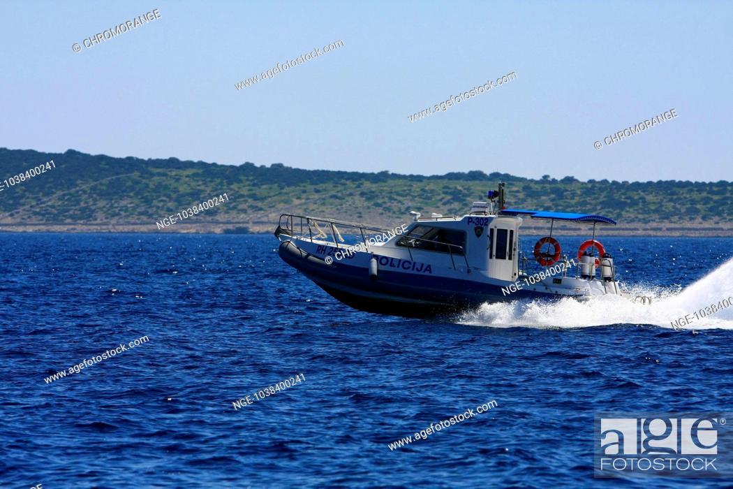 Imagen: Croatia, Velebit, Insel Pag, Polizeiboot vor der Kueste.