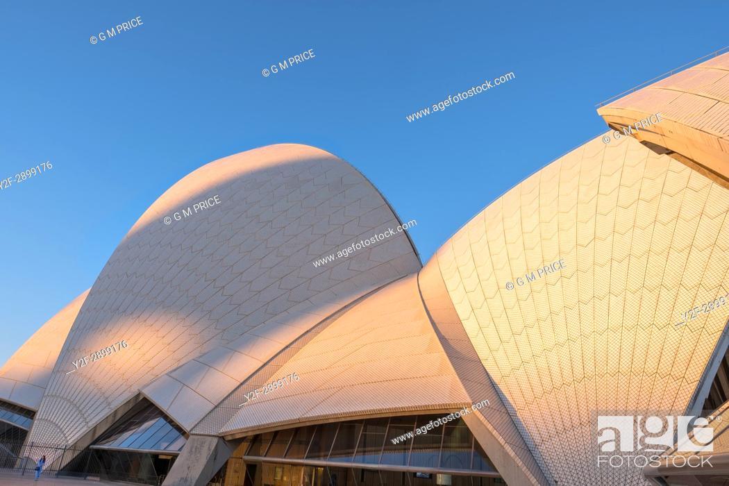 Imagen: roof of Sydney Opera House at dusk.